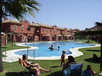 Bonito adosado de 2 dormitorios en playas de islantilla for Plaza de garaje huelva