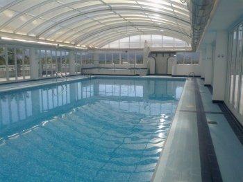 Apartamento con yacussi piscina climatizada sauna padel for Piscina en jardin de 100 metros